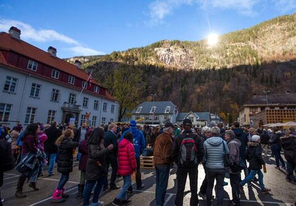 Hayaldi gerçek oldu: Yüz yıllık proje hayata geçirildi; Norveç 6 ay güneş görmeyen bölgelere güneşi getirdi