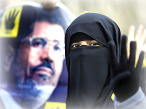 Muhammed Mursi ve çarşaflı kadın Rabia işareti. Mohamed Morsi and Egypt's woman in a burka...